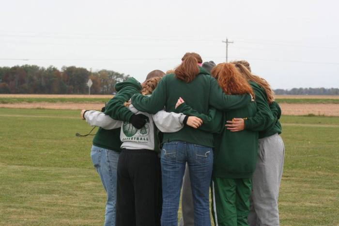 2015 NWOAL team huddle
